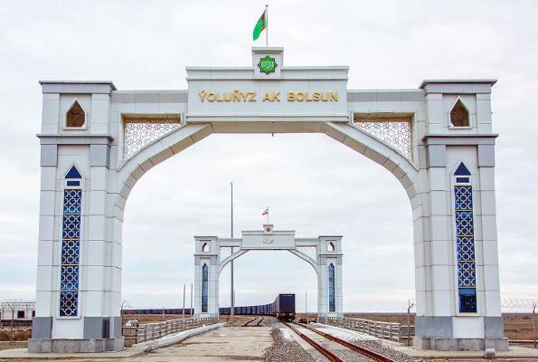 Число вагонов, за  сутки пересекающих границу в Серахсе, достигло сотни