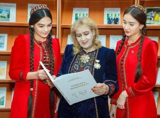 Бердымухамедов поздравил поэтессу А. Шагулыеву с 80-летием