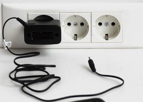 Эксперт объяснил, чем опасен оставленный в розетке зарядник без смартфона