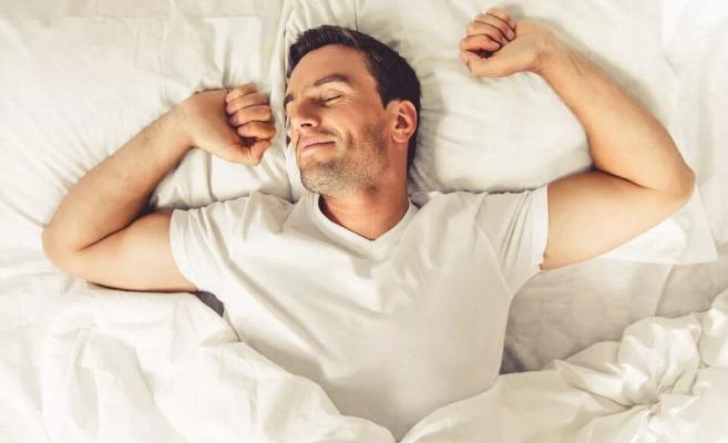Медики указали на опасную привычку после утреннего пробуждения