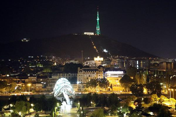 Tbilisiniň telewizion diňi Türkmenistanyň Döwlet tugunyň reňkiniň öwüşginini berdi