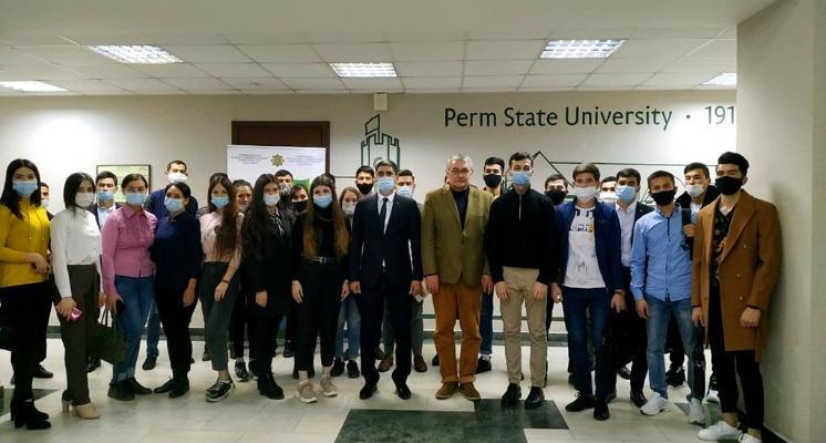 Türkmenistanly diplomat Permdäki türkmen talyplary bilen duşuşdy