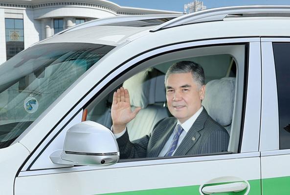 Türkmenistanyň Prezidenti Ahal welaýatyndaky barlag-geçiriş nokadyna baryp gördi