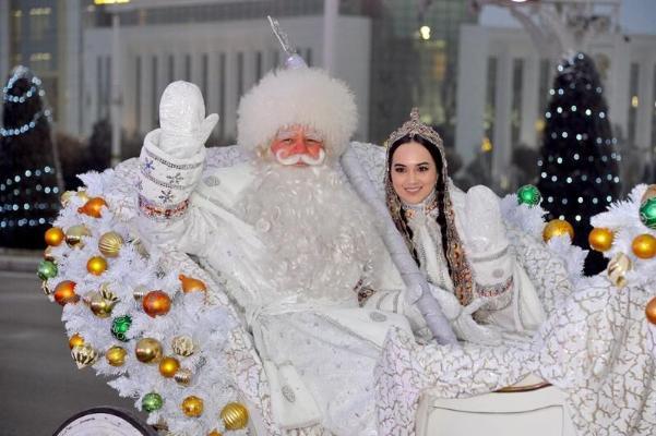 Türkmenistanyň baş Täze ýyl arçasy yşyklaryny ýakdy