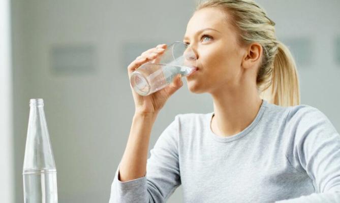 Her gün irden ýyly suw içmek nämä peýdaly?