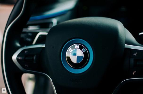 "BMW ""YouTube""-daky million abunaçysy üçin ""Golden Button Award"" baýragyny aldy"