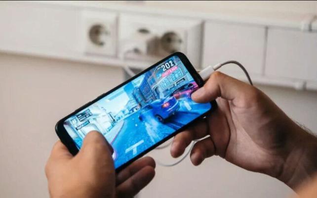 Эксперт рассказал, почему не рекомендуется использовать смартфон во время зарядки