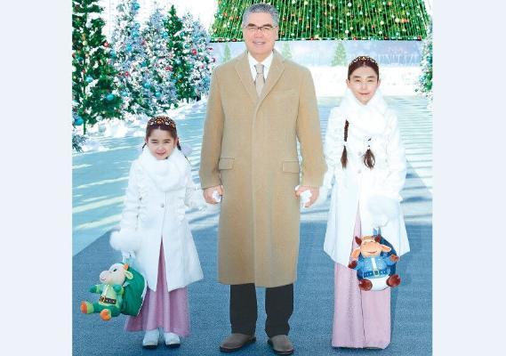 Бердымухамедов посетил с внучками новогодний городок у Главной елки