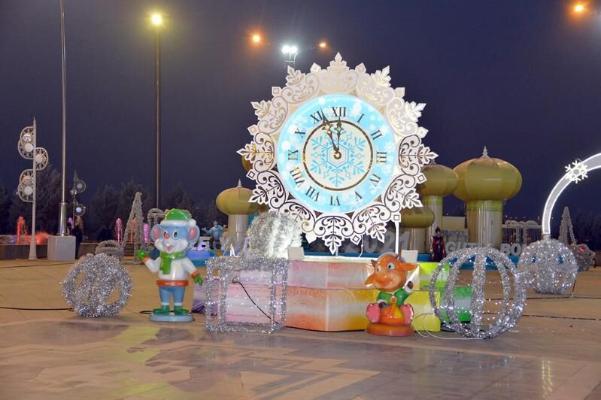 Государственные деятели Туркменистана с детьми и внуками посетили Главную ёлку страны
