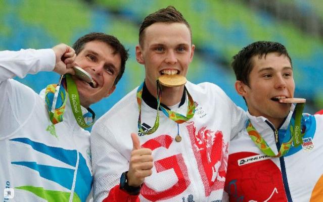 Türgenler näme üçin medalyny dişläp surata düşýärler? Muny kim oýlap tapdy?