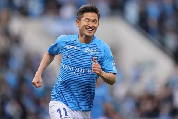«Ýokogama» kluby 53 ýaşly futbolçysy bilen şertnamasyny uzaltdy