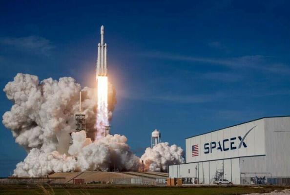 SpaceX bir wagtyň özünde uçurylan hemralaryň sany boýunça rekord goýdy
