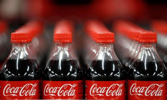 Coca-Cola içgilerini täze görnüşde satyp başlar