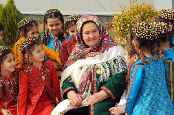 Türkmenistanda köp çagaly enelere «Ene mähri» hormatly ady dakyldy