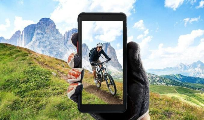 Samsung urga çydamly ortatap smartfon çykardy