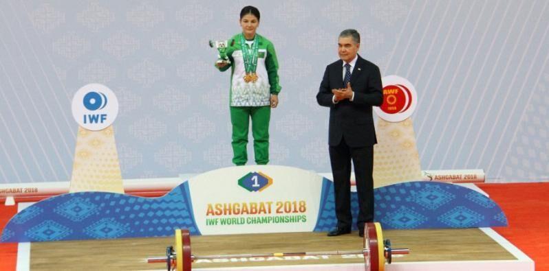 Бердымухамедов вручил штангистке Юлдуз Джумабаевой золотую медаль чемпионки мира