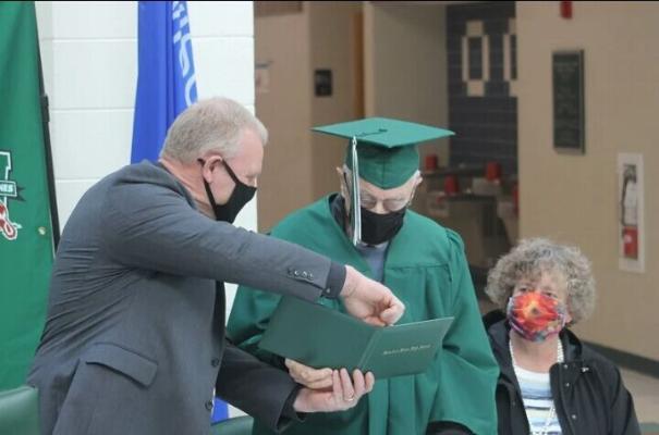 Престарелый выпускник. Американец окончил школу в 96 лет