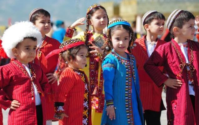 Türkmenistanyň Prezidenti çagalara howandarlyk gaznasyna ilki bolup serişde goýdy