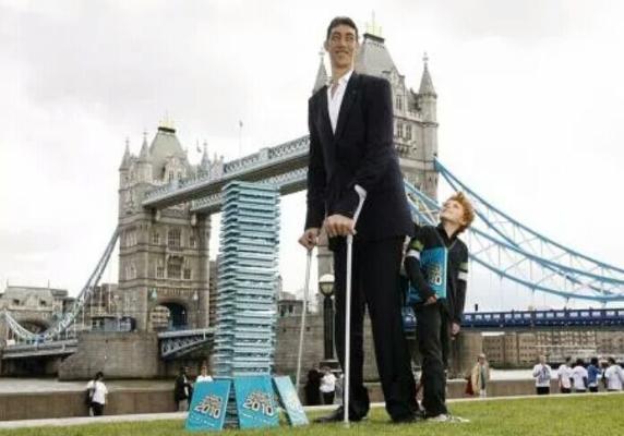 Турок, признанный самым высоким человеком в мире, покоряет соцсети