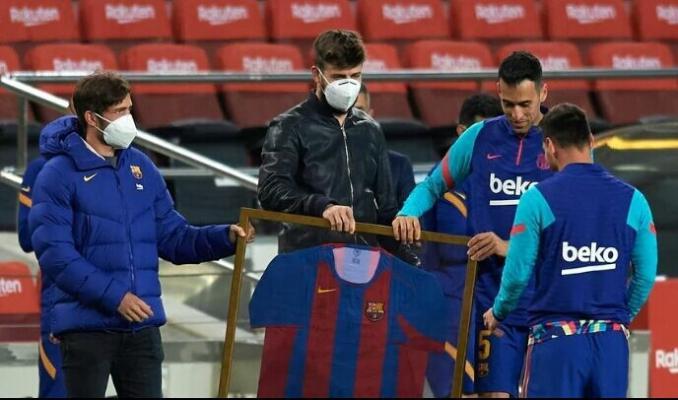 Месси получил в подарок от «Барселоны» памятную футболку