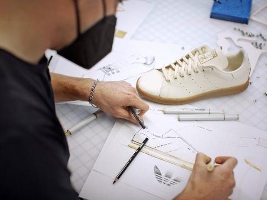 Adidas kompaniýasy kömeleklerden taýýarlanan krossowkalary çykarar