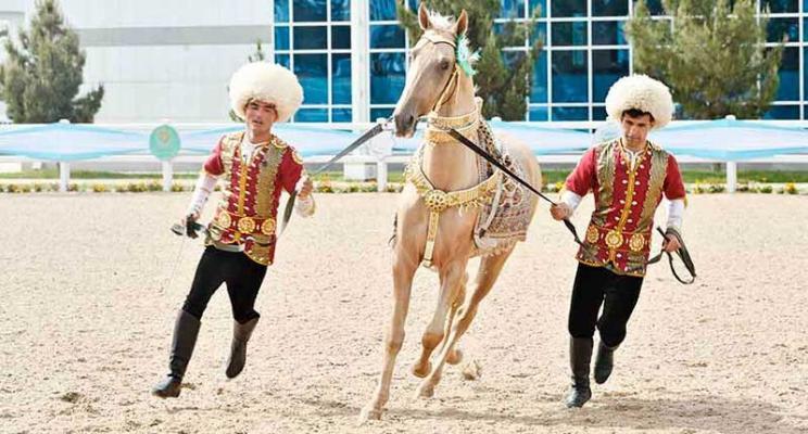 Daşary ýurtlaryň atçylyk hojalyklarynyň eýelerine «Türkmenistanyň at gazanan atşynasy» diýen at dakyldy