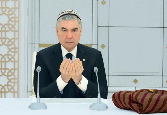 Президент Бердымухамедов дал садака-агзачар в Главной мечети Туркменистана