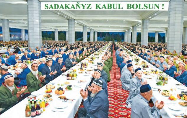 В память об отце туркменского лидера в мечетях областей и столицы были даны садака для разговения