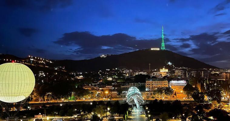 Телевизионная башня Тбилиси окрасилась в цвета туркменского флага