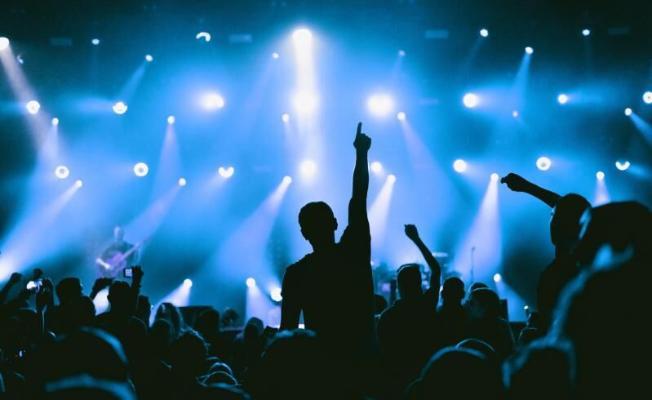 Во Франции провели экспериментальный концерт с 5 тыс. зрителей