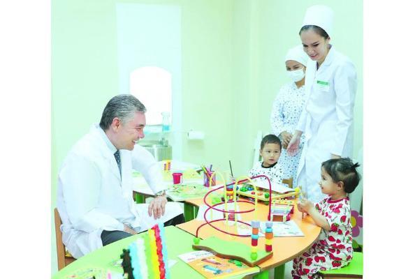 Президент Туркменистана проведал подопечных Научно-клинического центра охраны здоровья матери и ребенка