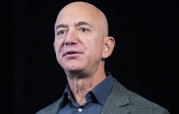 Jeff Bezos dogany bilen bilelikde kosmosa uçar