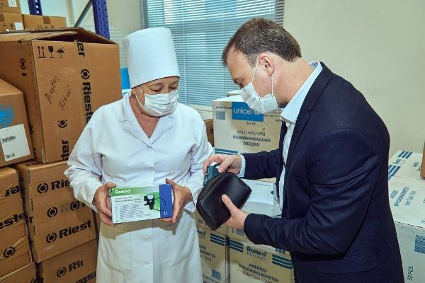 ÝUNISEF Türkmenistana lukmançylyk enjamlaryny gowşurdy