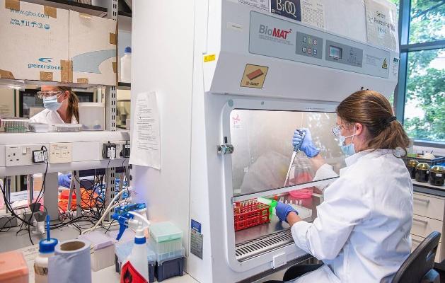 Королева Великобритании наградила разработчиков вакцины от коронавируса