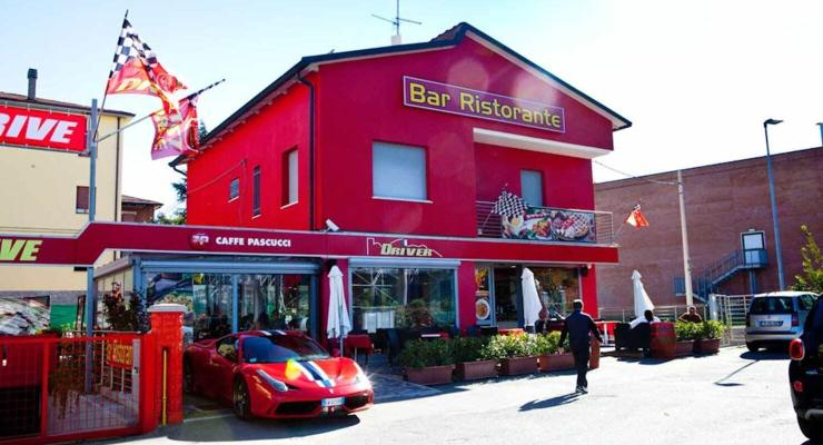Ferrari открыла ресторан и запустила линию модной одежды