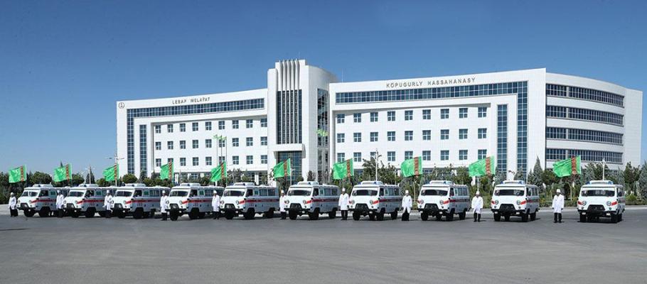 Педиатрические отделения Лебапских больниц получили в дар новые машины скорой помощи