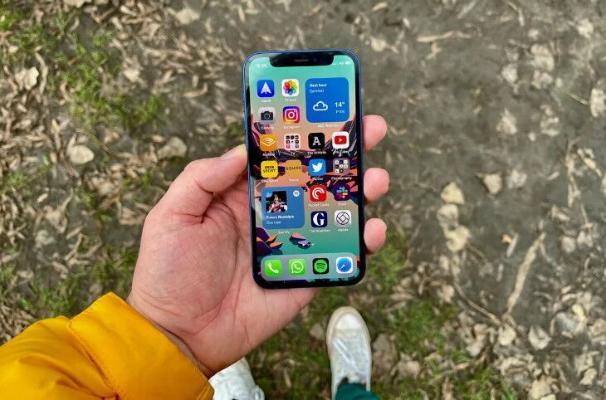 Apple iPhone 12 mini smartfonunyň önümçiligini bes etdi