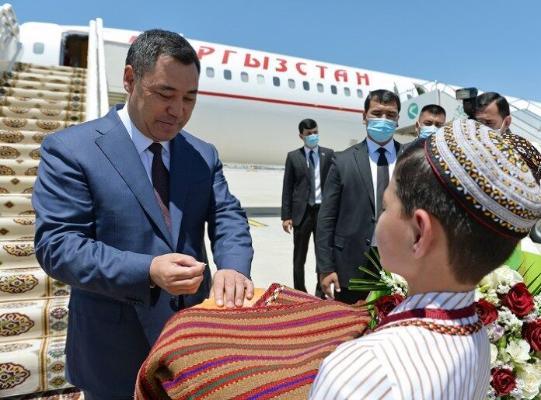 Президент Кыргызстана Садыр Жапаров прибыл в Туркменистан с официальным визитом