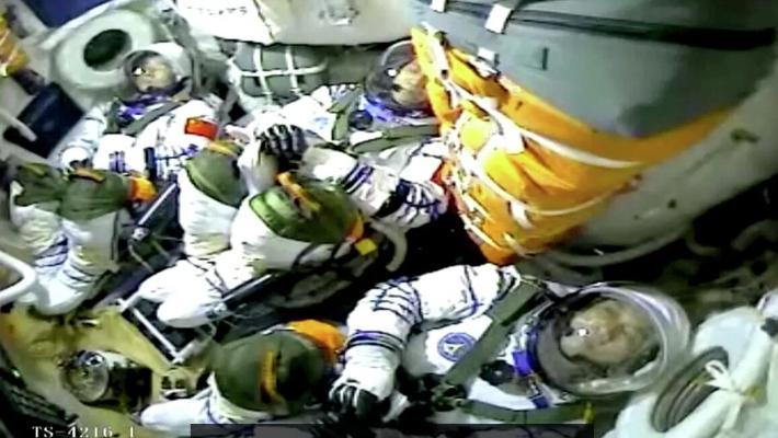 Китайские космонавты впервые за 13 лет вышли в космос