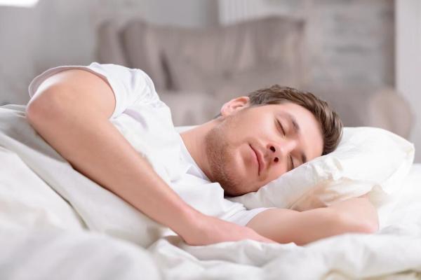 Сомнолог объяснил, почему плохо спится в жару и дал пять советов для улучшения качества сна