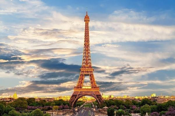 Эйфелева башня открылась для посетителей после девяти месяцев перерыва