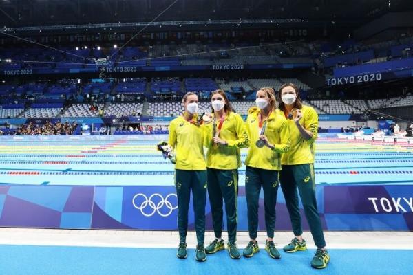 Австралийские пловчихи выиграли золото Олимпиады в Токио, установив мировой рекорд