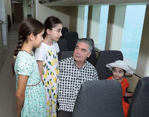 Президент Туркменистана с внуками прогулялся по акватории Авазы