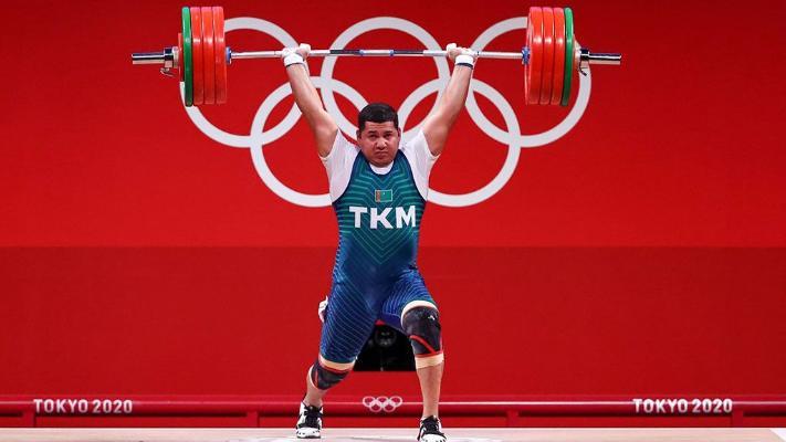 Туркменский тяжелоатлет Овезов набрал в сумме 371 кг и попал в первую 10-ку на Олимпиаде в Токио
