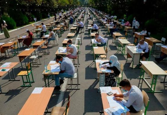 Из-за пандемии Узбекистан организовывает вступительные экзамены в вузы под открытым небом