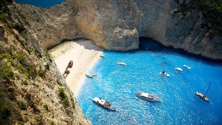 В Греции для отдыхающих снова откроют один из самых красивых в мире пляжей