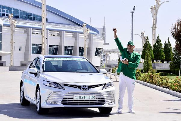 Polina Gurýewanyň tälimçisi Artur Emirýana Toyota Camry awtoulagy sowgat berildi