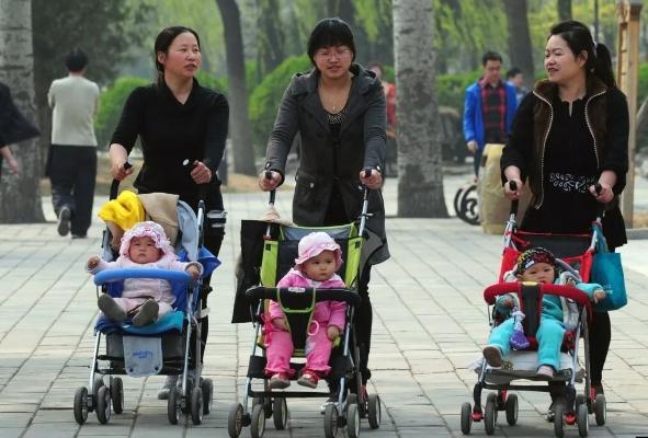 В Китае официально одобрена поправка, разрешающая семьям заводить до трех детей