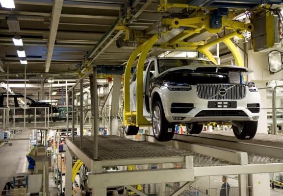 Volvo awtoşaýlaryň ýetmezçiligi sebäpli önümçiligi bir hepdelik togtadar