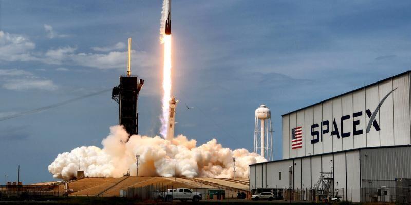 SpaceX Halkara kosmos stansiýasyna garynjalary, awokadony we roboty iberdi